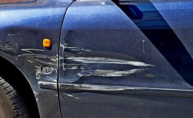как удалить царапинки стукнули дверью на парковке